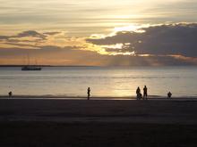 Zum Sonnenuntergang an den Mindil Beach. Das gehört zum Lebensstil in Darwin.