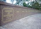 ... dem man das unvermeidliche Kriegerdenkmal verpasst hat. (Was die Außerlandesverteidigungspolitik aktuell wohl zum erstgenannten Land sagt?)
